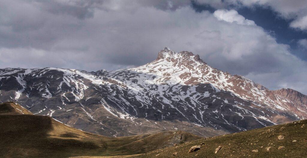 Священное место дагестанцев. Вершина горы находится на отметке 4142 м. Снег покрывает ее до высоты 3,5 км над уровнем моря