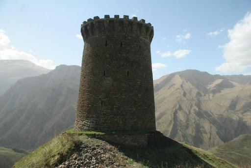 Село Ицари находится на высоте 1552 метра над уровнем моря. Здесь сохранилась оборонительная башня, построенная в XIV веке. Она располагается на горном выступе и отделяется от близлежащей территории рвом. Стены имеют толщину до 2,5 метров