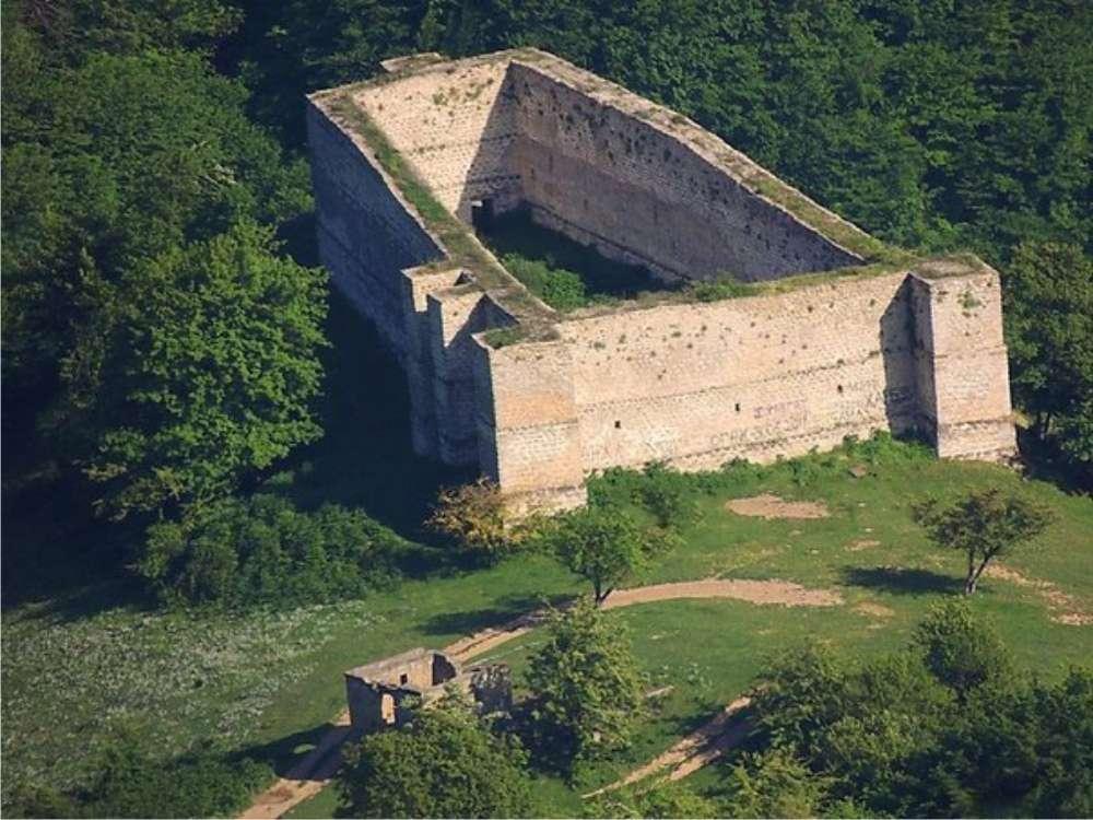 Табасаранском районе сохранились остатки старинной крепости, получившей название «Крепость семи братьев и одной сестры»