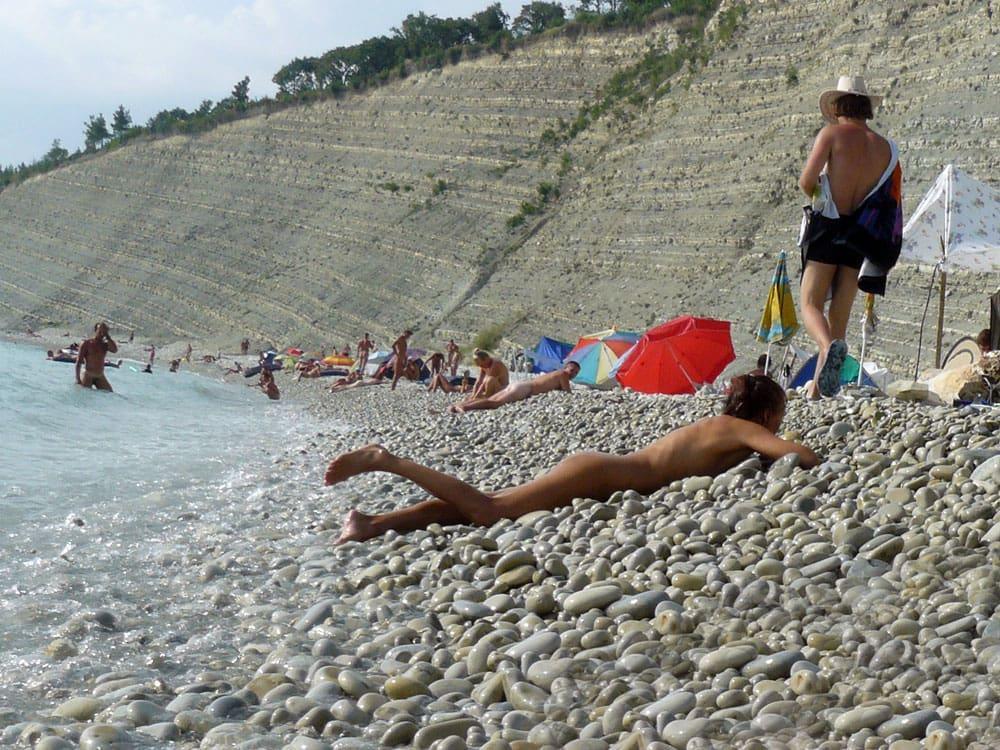 Однако отдых на нудистском пляже можно назвать экстремальным. Сюда относится риск по пути и моральная составляющая. Поэтому планируйте данный отдых без детей.