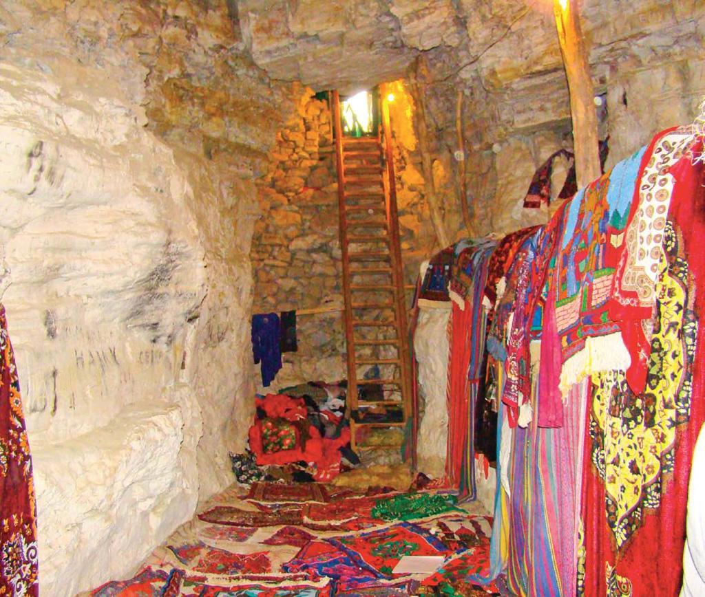 В Табасаранском районе Дагестана, в 48 км от Дербента, находится еще один примечательный природный памятник. Речь идет о пещере Дюрк или Хустильской пещере, как ее называют по близлежащему селу