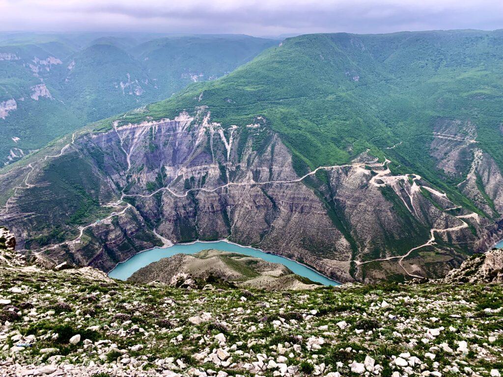 Все больше туристов начинает интересоваться природными достопримечательностями регионов России. Любителям горных пейзажей можно посоветовать посетить Сулакский каньон в Дагестане – одно из красивейших мест кавказских гор.