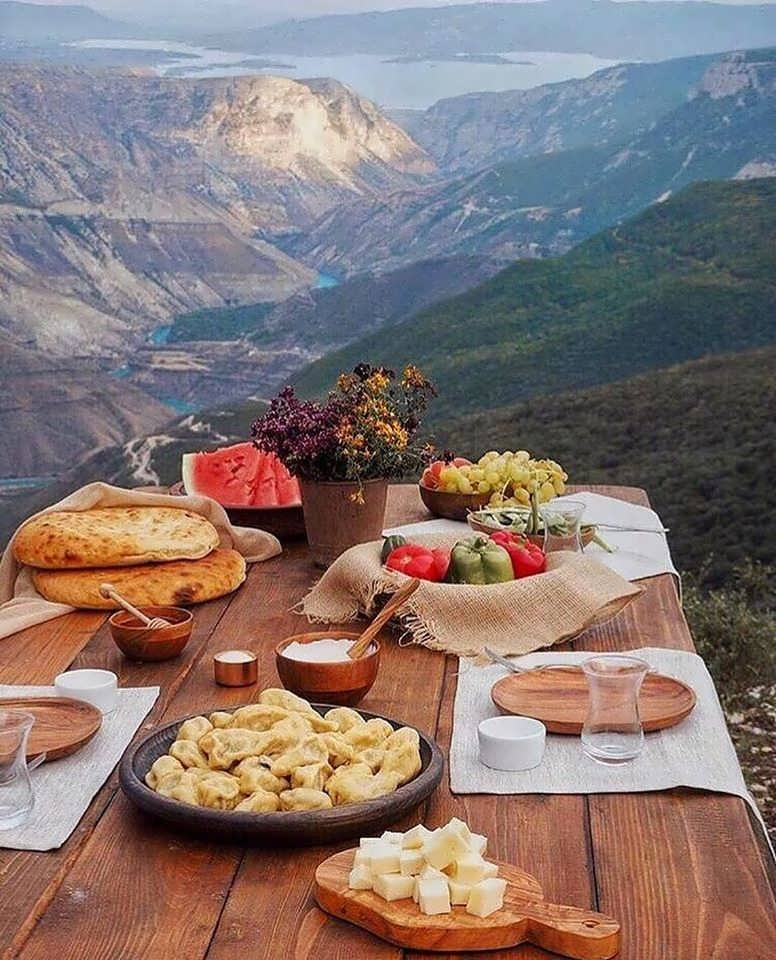 Вопрос вкусного и недорогого обеда волнует каждого путешественника. Если вы заказываете групповую или индивидуальную экскурсию по Сулакскому каньону, то обед с включением блюд национальной кухни входит в программу