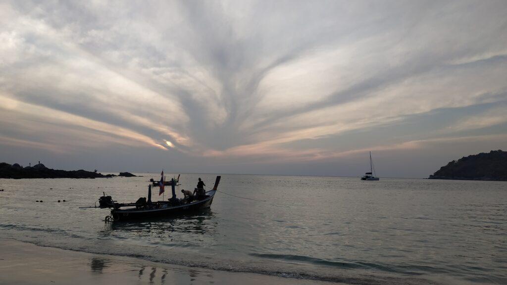 Пляж, находящийся на юге острова Панган, прославился во всем мире ежемесячными феерическими вечеринками Фул Мун Пати, на которые стекается публика со всего света.