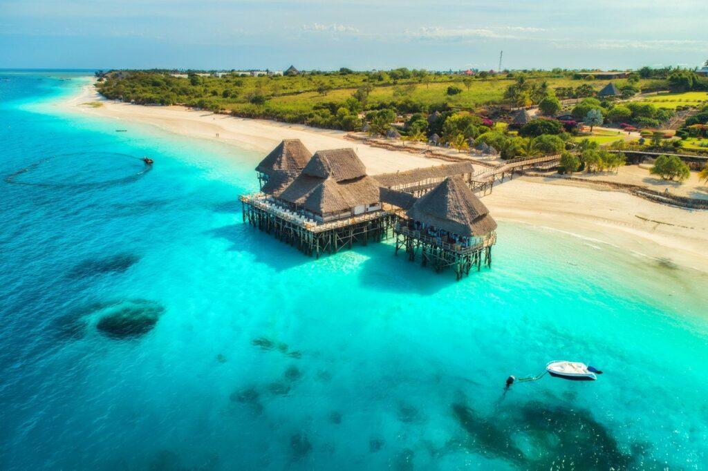 Комфортные отели с разными ценовыми категориями расположены почти на всех пляжах острова. Лучший вариант для своего отдыха туристы могут подобрать, просто прогуливаясь вдоль прибрежной линии.