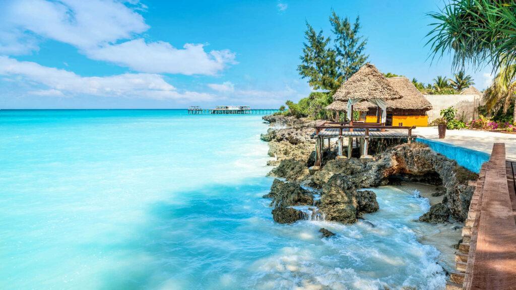 Самое важное для туристов — безграничные теплые белоснежные пляжи. Они покрыты очень мелким песком.