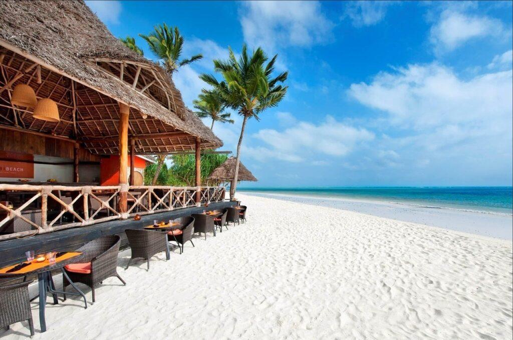 Туристы хвалят необыкновенно чистые пляжи острова. Они достаточно обширны и усыпаны мелким приятным песком белоснежного цвета