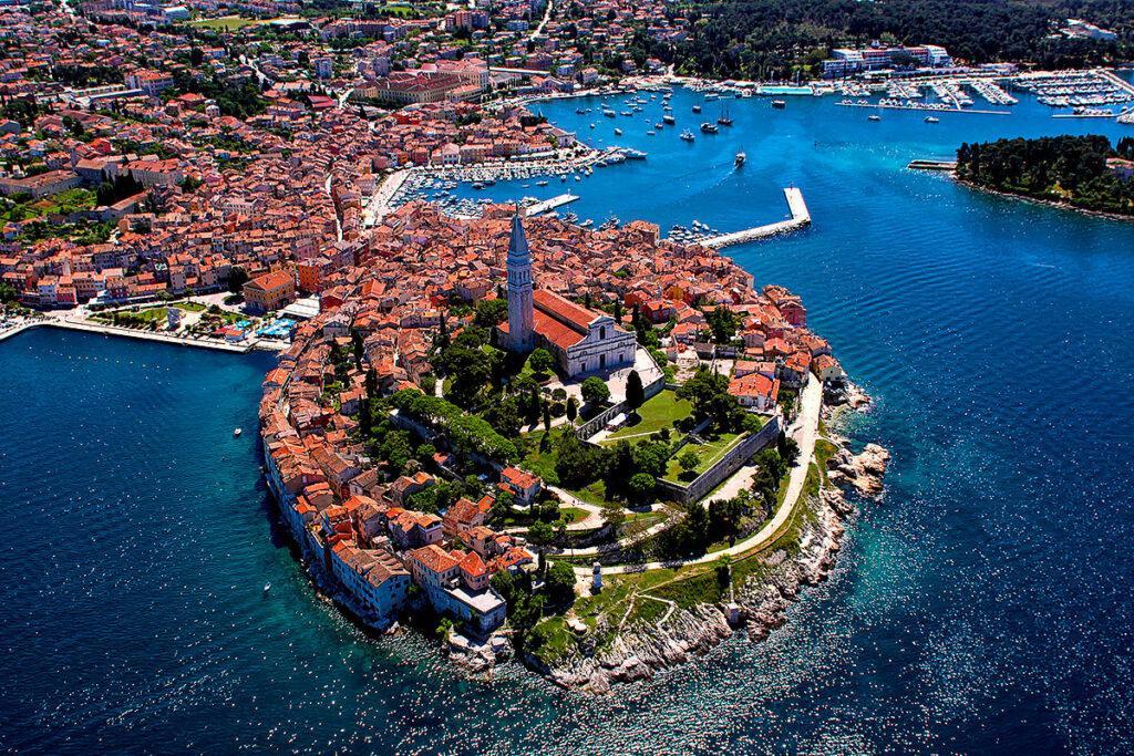 Что привлекает тех, кто выбирает местом отдыха Хорватию? Чистейшее море и бесплатные пляжи, свежий воздух, мягкий климат