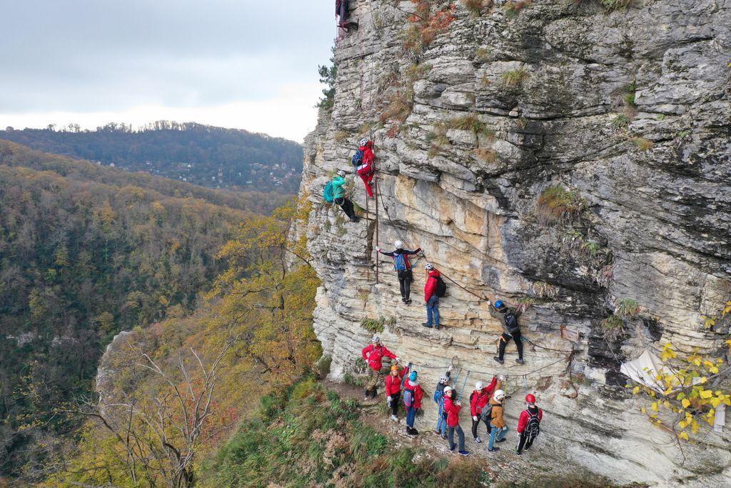 Живописный маршрут Via ferrata начинается с площадки подвесного моста и ведет в «Лиановую пещеру» внутри карстовой скалы левобережья. «Виа Феррата» делится на два участка по сложности прохождения.