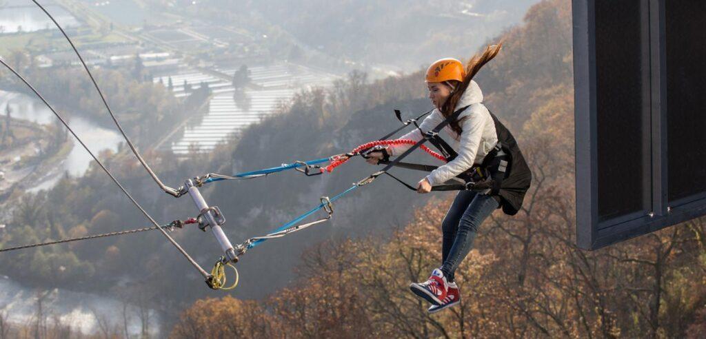 Качели над бездной. Конструкция циклопических размеров позволяет туристам раскачиваться на высоте 170 метров над ущельем. Покачаться на экстремальном маятнике можно в одиночку или с партнером.