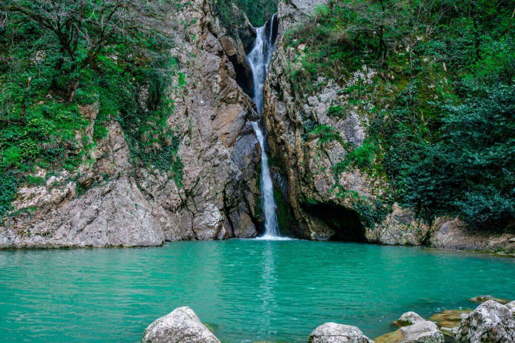 Одна из пеших троп в скалах приводит туристов к 3 группам водопадов.