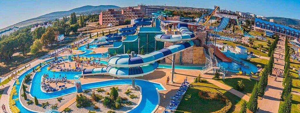 Самый огромный аквапарк под открытым небом РФ «Золотая бухта»заработал для посетителей в 2004 году