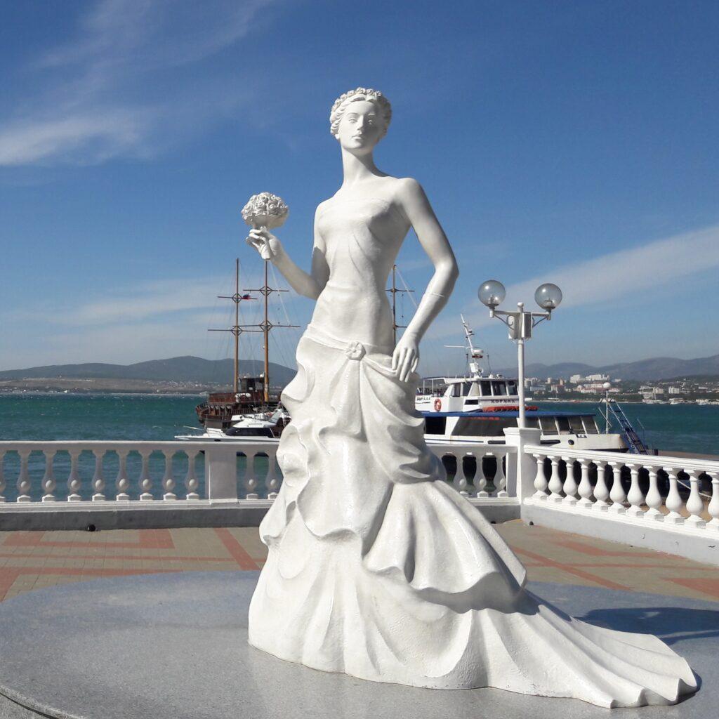 Изящная и воздушная Белая невесточка словно из воздуха возникла на набережной в уже далеком 2010 году