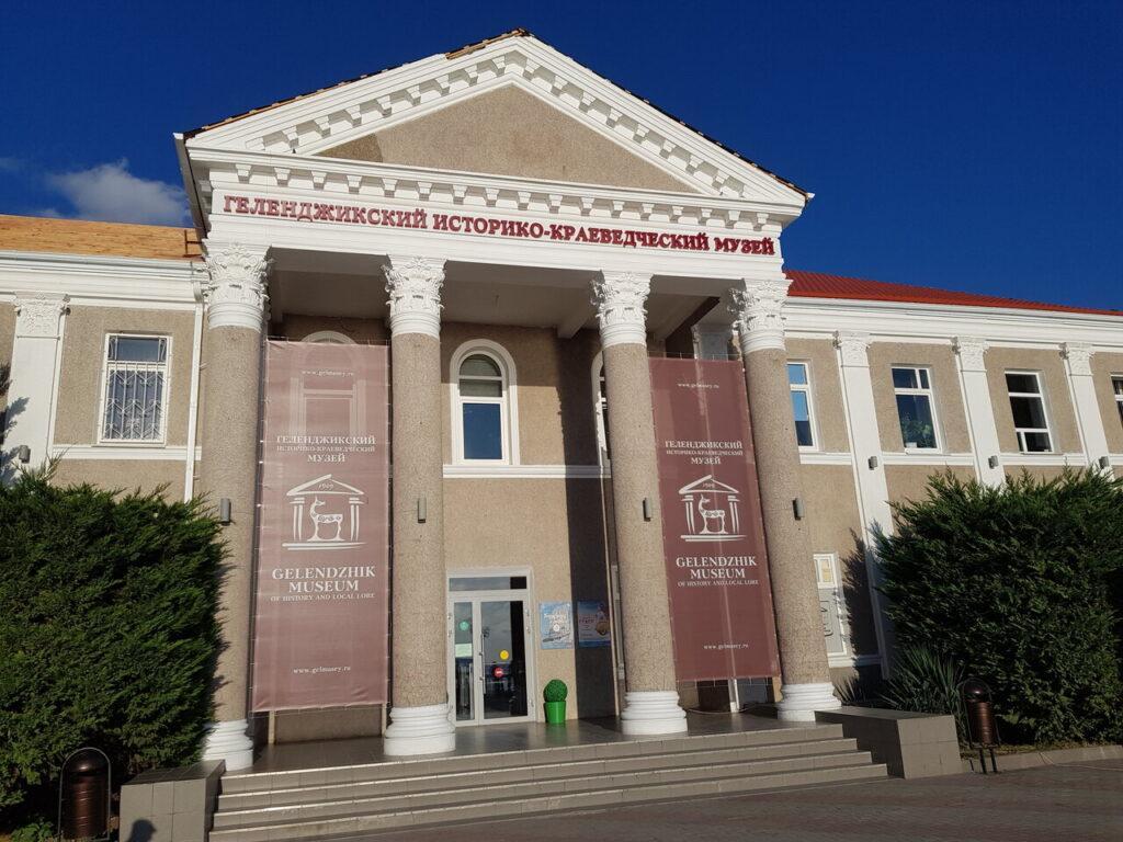 Найти Геленджикский историко-краеведческий музей несложно, поскольку располагается в центре набережной. Сам он довольно маленький, но очень увлекательный