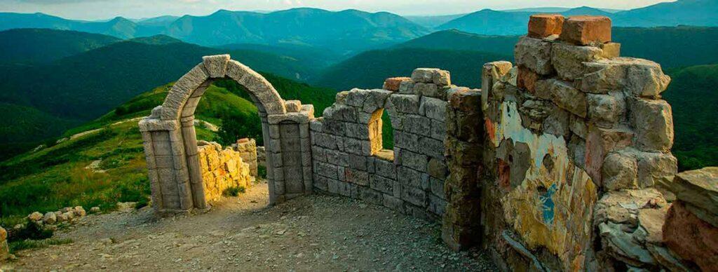 Бутафорскую крепость возвели в 2006 году. Фильм «Грозовые ворота» рассказывает о кровопролитных боях Второй чеченской войны