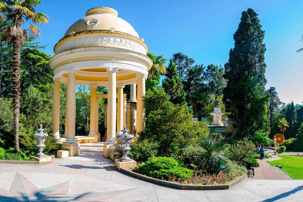«Дендрарий» расположен в Центральном районе Сочи. Вход на территорию парка для детей до 7 лет бесплатный, с 7 лет — 120 рублей, а взрослый — 250 рублей.