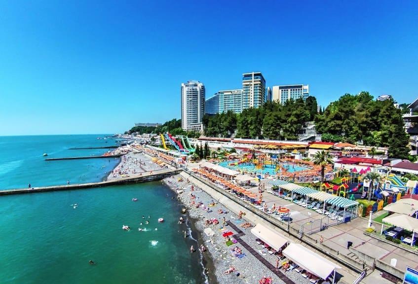 Летом Приморская набережная становится самым многолюдным местом в курортном городе