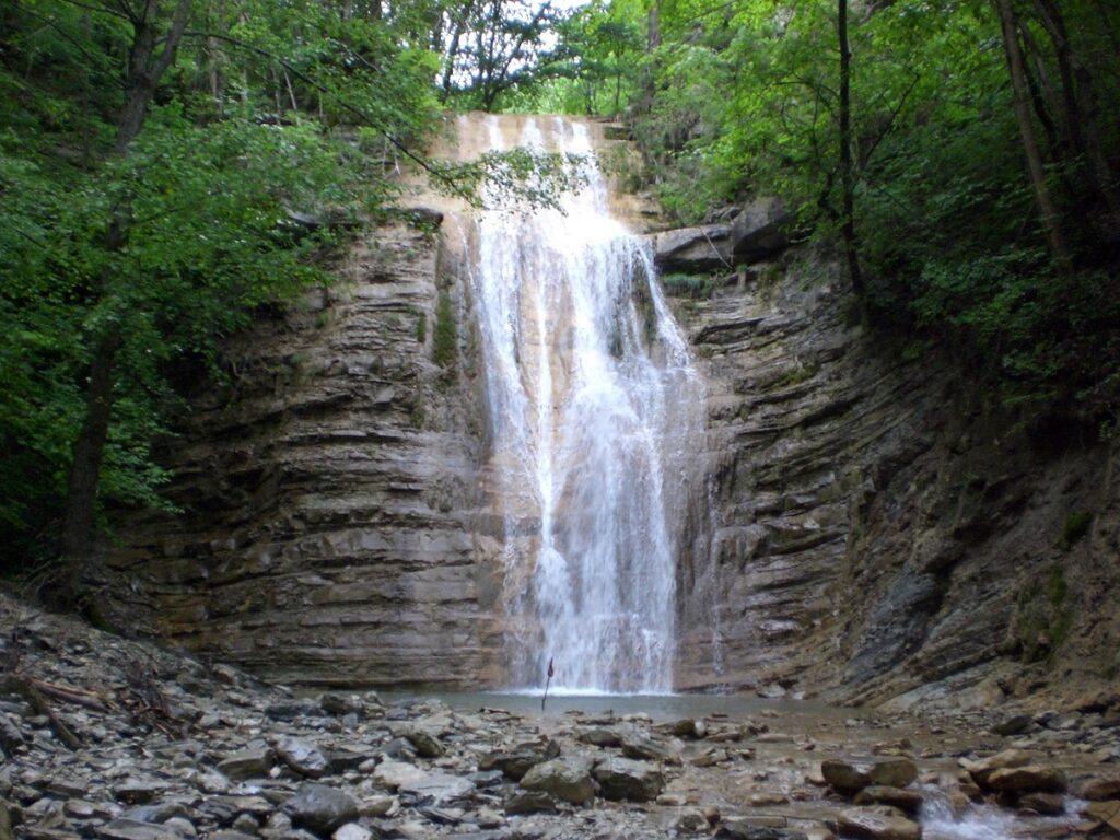 Рядом с Геленджиком течет горная река Пшада, которая выделяется сотней водоскатов и водопадов. Самым популярным туристическим маршрут ведет к восьми водопадам на Красной речке, правом притоке Пшады