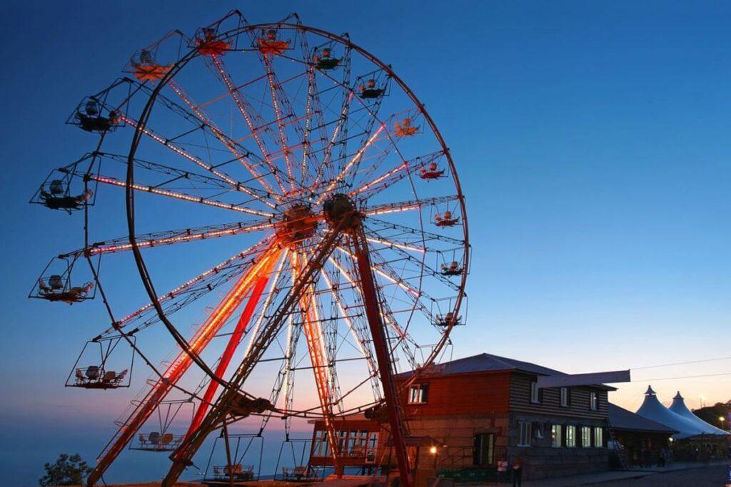 Огромный развлекательный центр «Олимп» находится в Геленджике под открытым небом. Состоит он из двух комплексов - верхний и нижний.