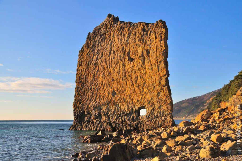 Вблизи с поселком Прасковеевка на морском берегу гордо стоит скала, внешне напоминающая корабельный парус