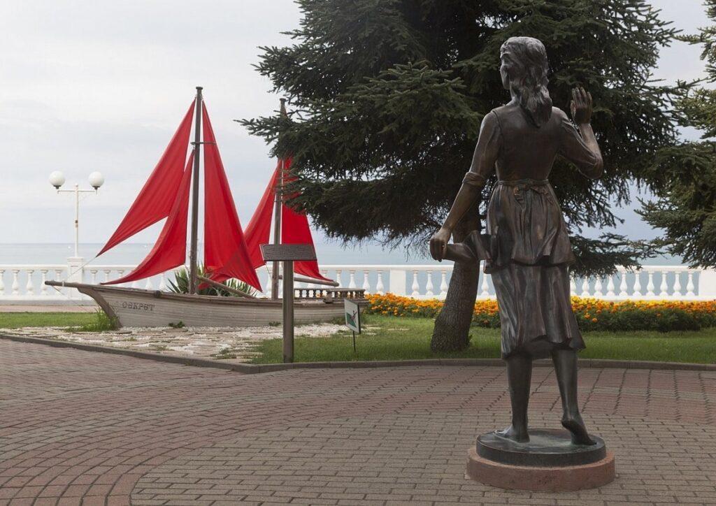 Главная героиня романтической повести Грина давно стала символом образ влюбленных девушек, которые, замирая на берегу, ожидали возвращения своих парней моряков.