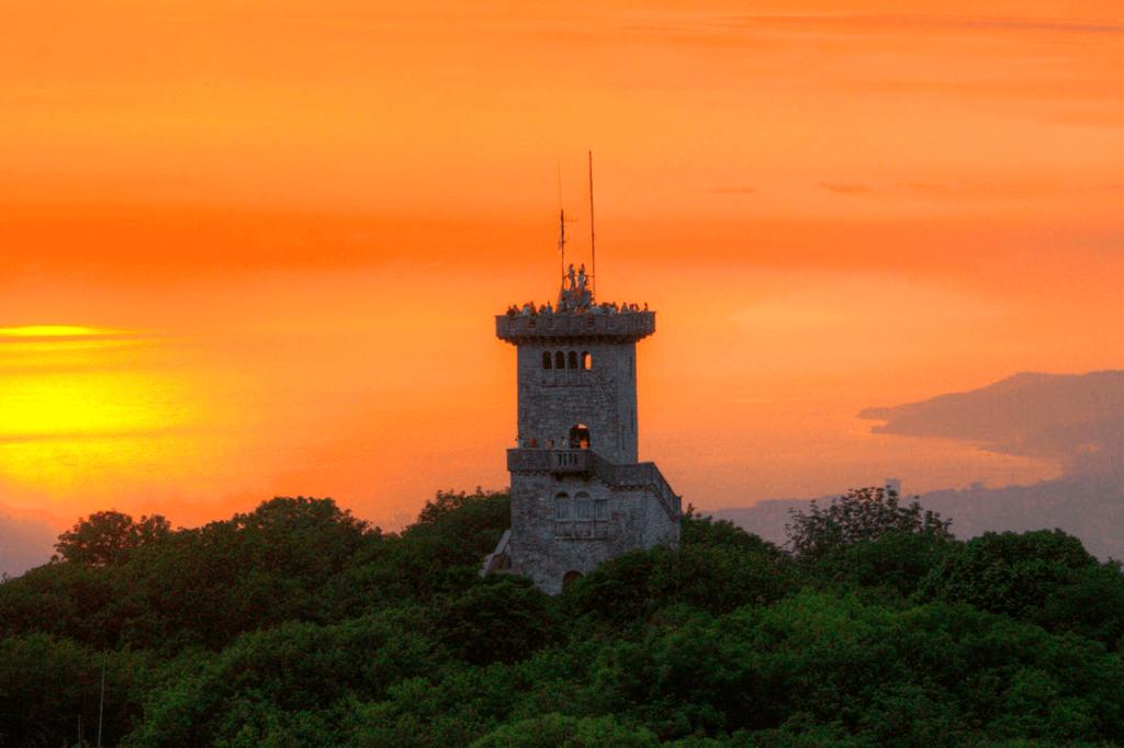Гора Ахун имеет высоту 663 метра. На ней расположена смотровая башня, построенная в 1936 году и открывающая своим посетителям завораживающий панорамный вид на гору, на Орлиные скалы, которые ее окружают, на город и Черное море.