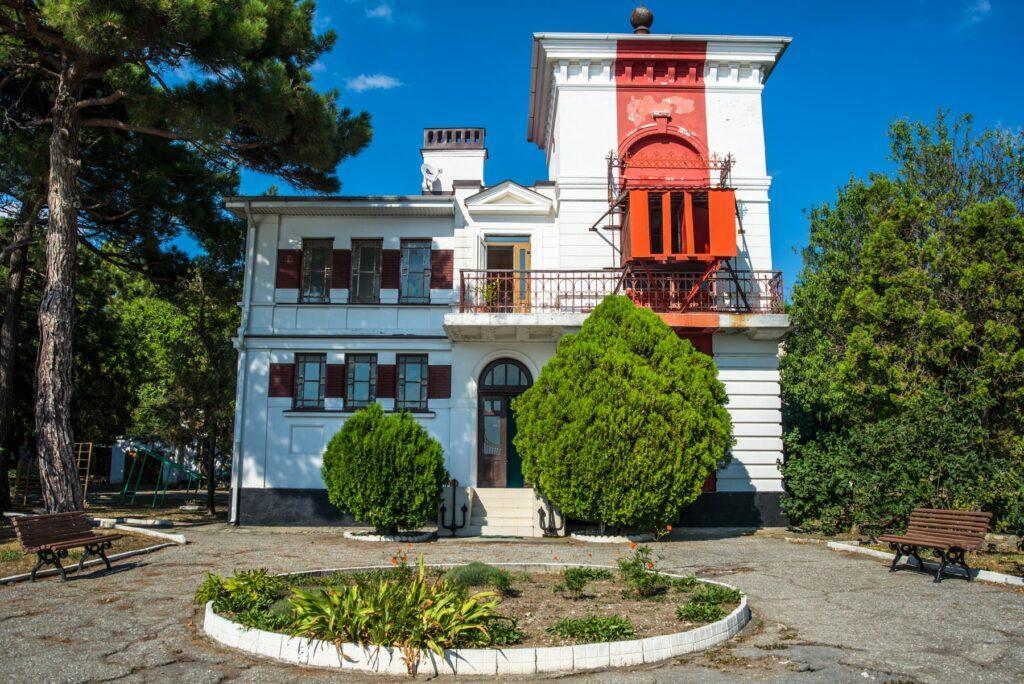 Уже больше 130 лет за сохранность судов, заходящих в Геленджикскую заводь, отвечает белоснежный маяк из камня, являющий собой четырехгранную башенку высотой более тринадцати метров