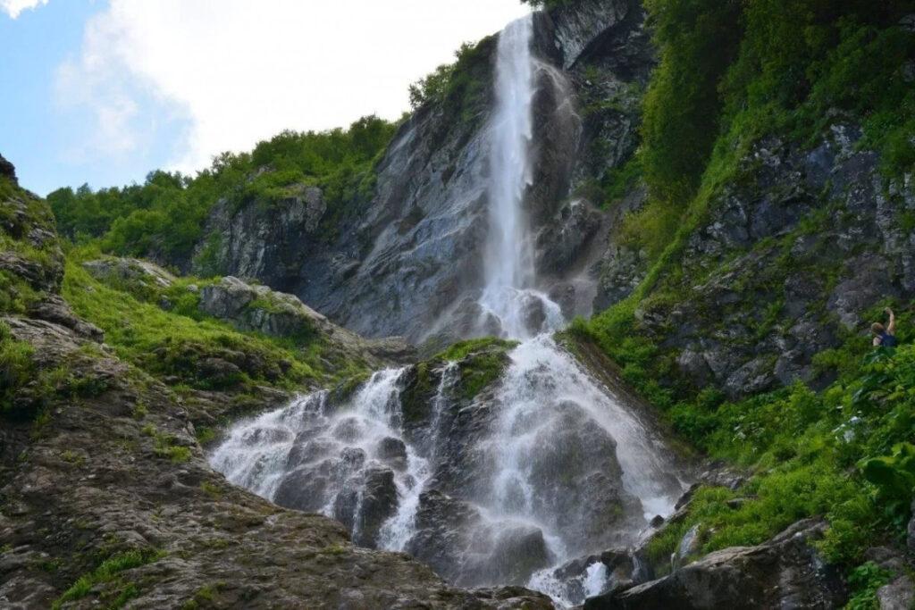 Уникальный водопад, имеющий несколько каскадов, высота которого 70 м.