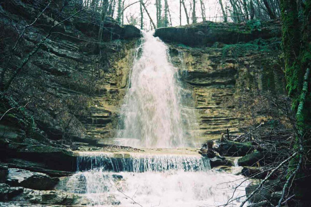 Потрясающая своей красотой долина с маленькими водопадами расположена в русле реки Жане, вблизи от села Возрождение