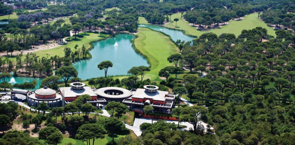 Супер-технологичные интерьеры номеров и высокопрофессиональное сервисное обслуживание — так встречает своих гостей Cornelia De Luxe Resort.