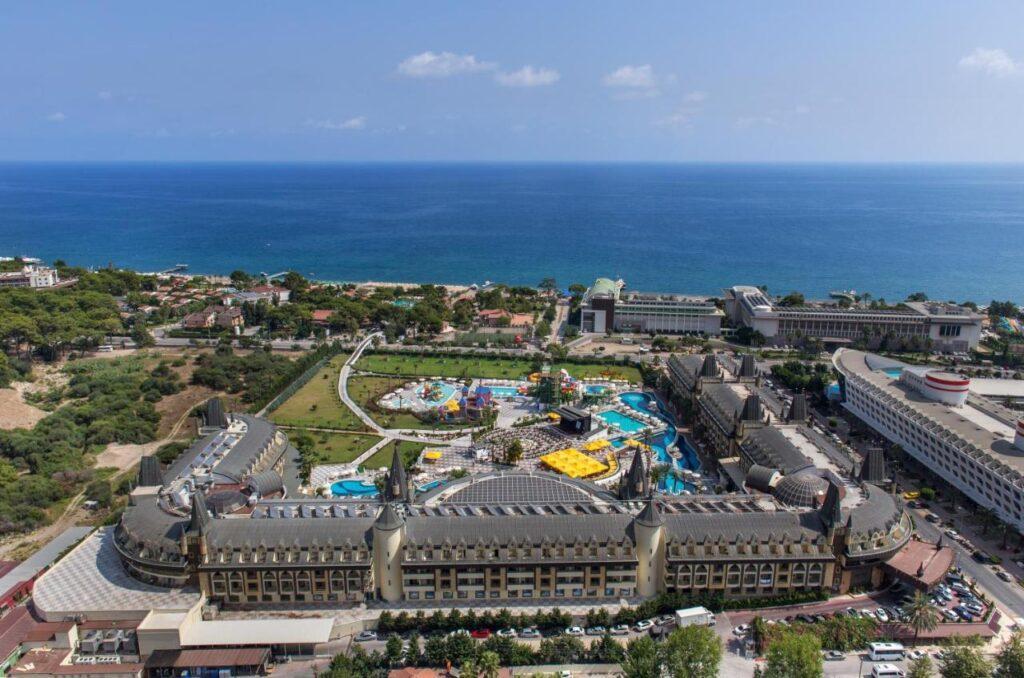 У подножия Таврского хребта на берегу средиземного моря расположился прекрасный отель, который объединил на своей территории шикарные пляжи, отмеченные Голубым флагом и живописные ландшафты. В шаговой доступности находятся фешенебельные магазины и развлекательные заведения. Элегантные корпуса Crystal Prestige Elite (ex-Amara)