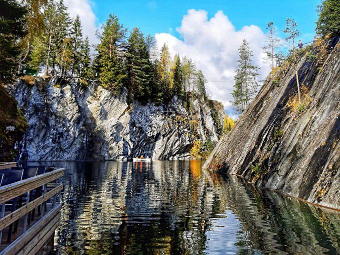 Карелия находится в северо-западной части РФ и с одной стороны граничит с Финляндией.