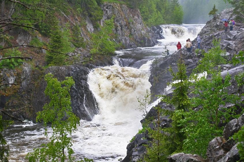 Кивач. Это одиннадцатиметровый водопад, расположенный на реке Суна. Одно из самых посещаемых мест в Карелии.