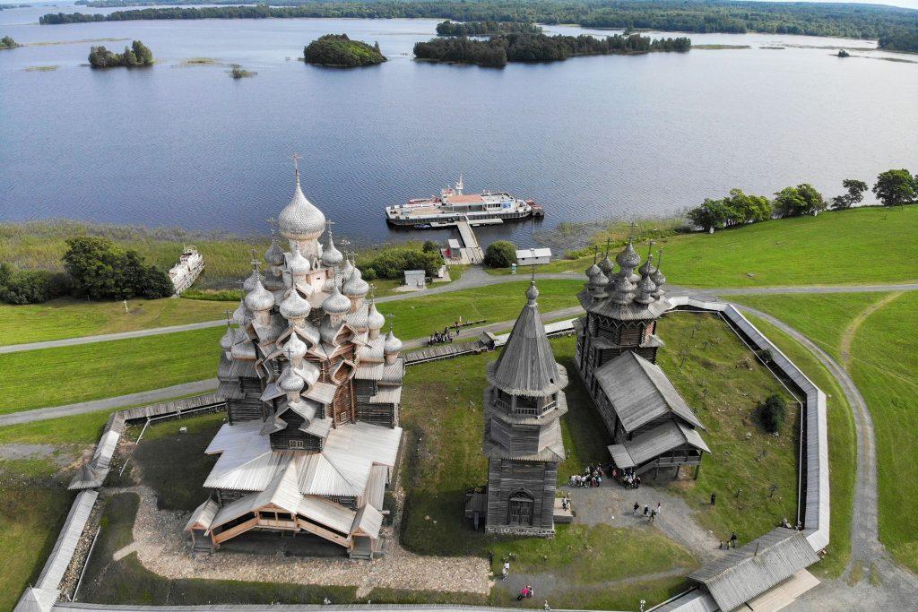 Кижи. Остров, состоящий из исторических церквей и колоколен, которые расположены в центре Онежского озера.