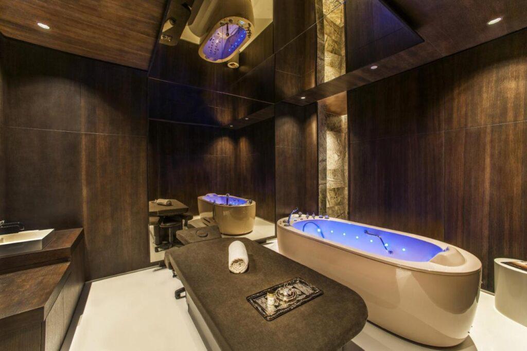 В этом пятизвёздочном отеле созданы все условия для элитных вечеринок и полноценного отдыха с семьёй. Корпуса на берегу собственного залива, нарядный аквапарк, и это только часть Maxx Royal Kemer Resort