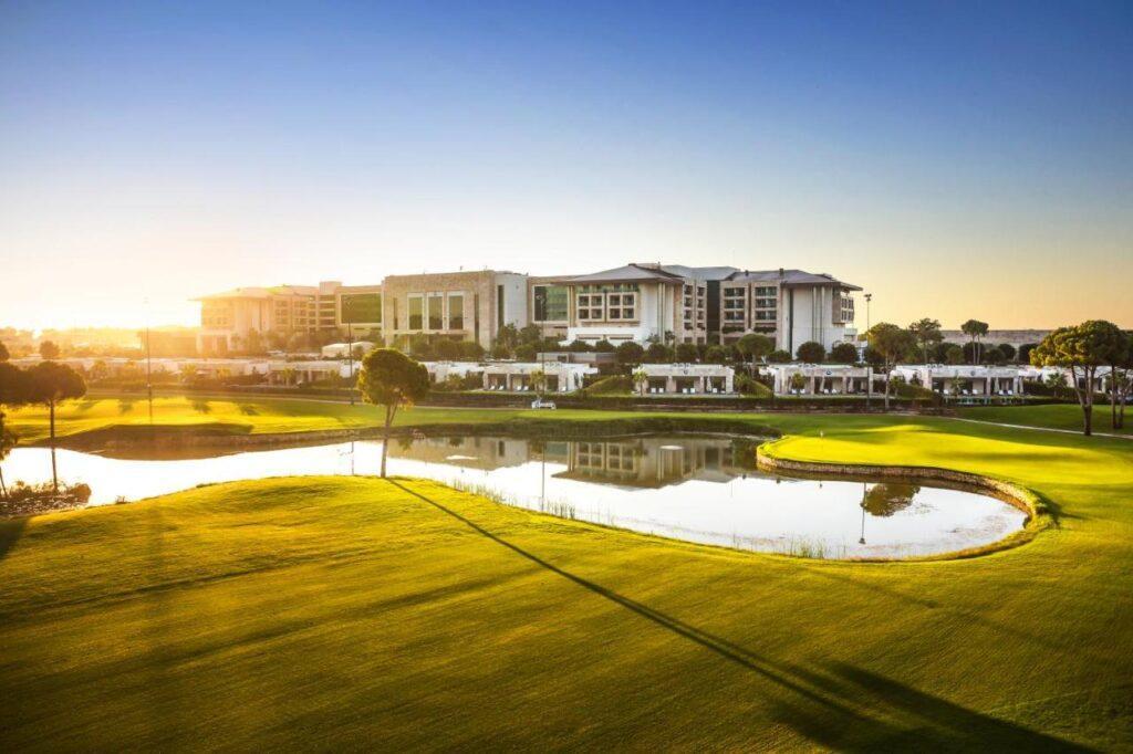 Шикарные поля для гольфа в сочетании с лазурными водами средиземноморья и жемчужным пляжем — это Regnum Carya один из лучших отелей VIP-класса в регионе.