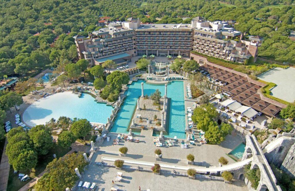 Римский амфитеатр, древнегреческие колонны, великолепные стилизованные рунной росписью бассейны — античная стилистика просматривается во всех деталях элитного отеля Xanadu Resort Hotel.