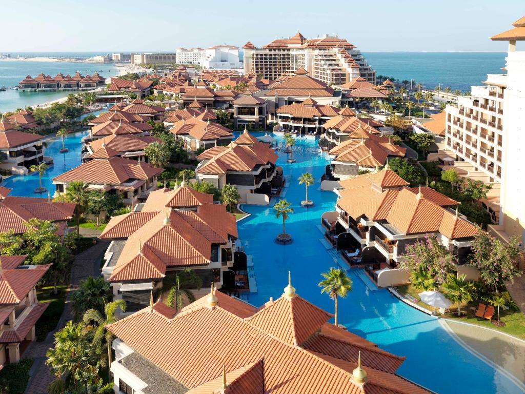 Гостиница расположилась на Пальма Джумейра, в её уединенной части. Проживание в этом удивительном пятизвездочном отеле чем-то напоминает отдых на Мальдивах