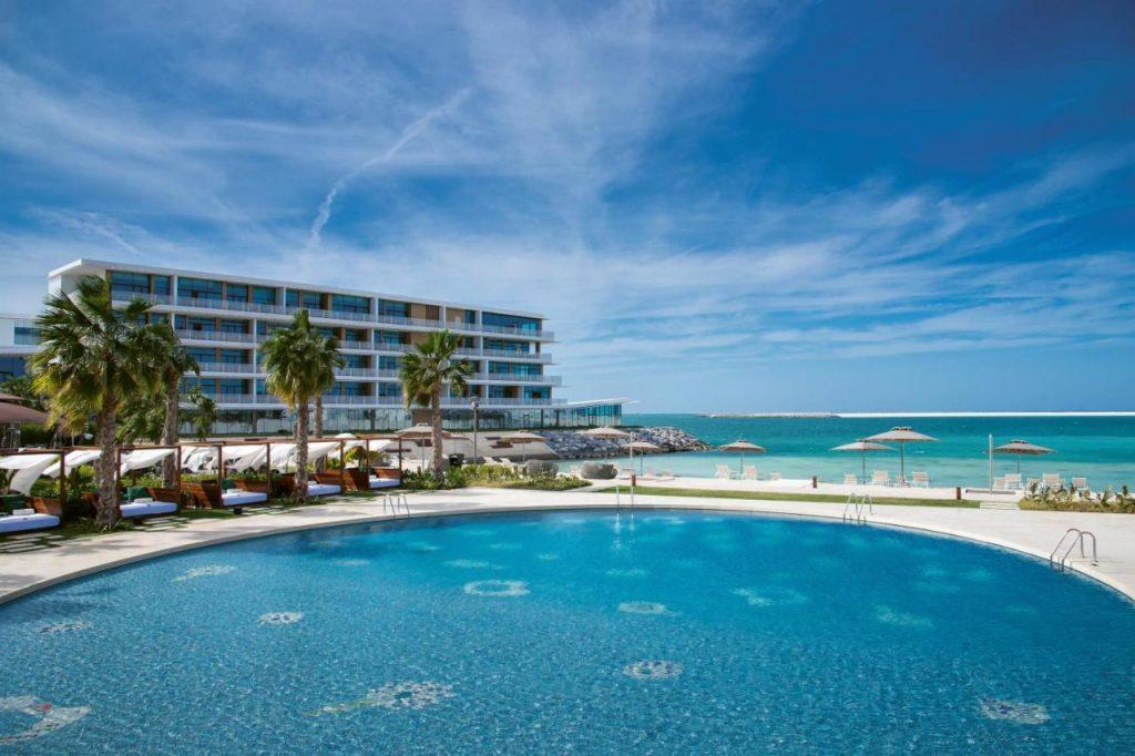 Отель по форме напоминает морского конька и располагается на острове Джумейра-Бэй. Отличительной чертой Булгари является то, что он находится именно на отдельном острове.