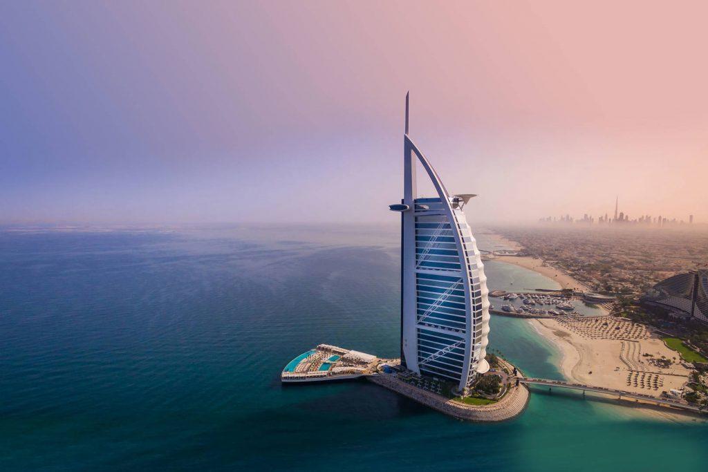 Считается самой дорогой и известной гостиницей в Дубае, цена за номер может достигать от 900 долларов США