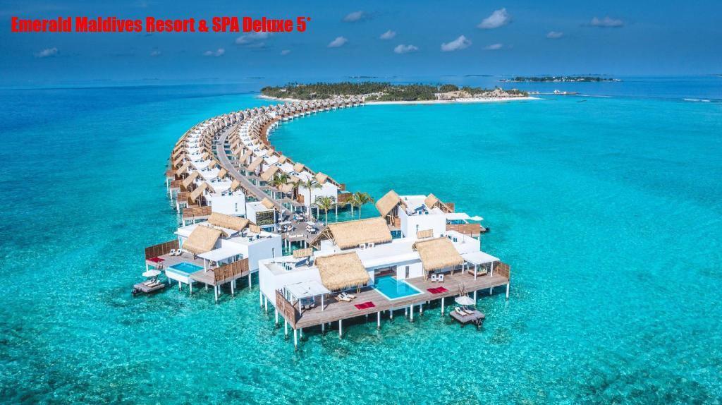 Отель располагается на острове Fasmendhoo, в 40 минутах полета гидросамолетом от аэропорта.