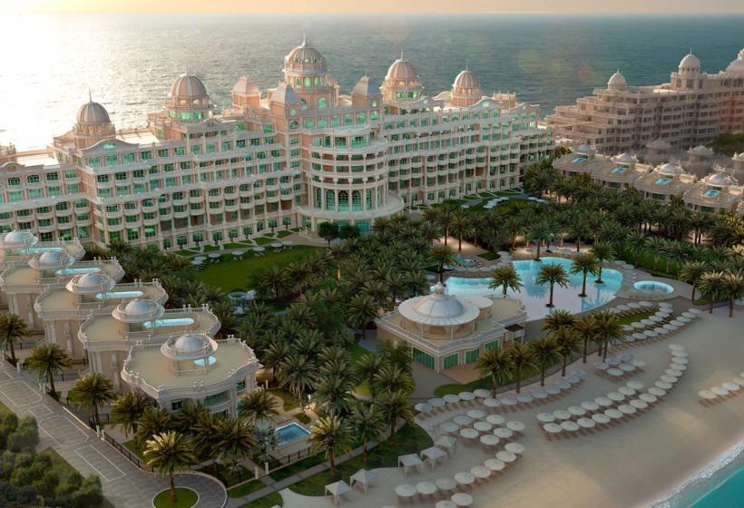 Пятизвездочная гостиница расположилась в Пальма Джумейра, Crescent West. Цена за номер начинается от 300 долларов США. Это идеальное место для отдыха. По отзывам постояльцев это лучший отель в Дубае.