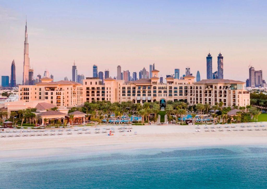 Считается одним из самых дорогих пятизвездочных отелей в фешенебельном районе Джумейра в Дубае