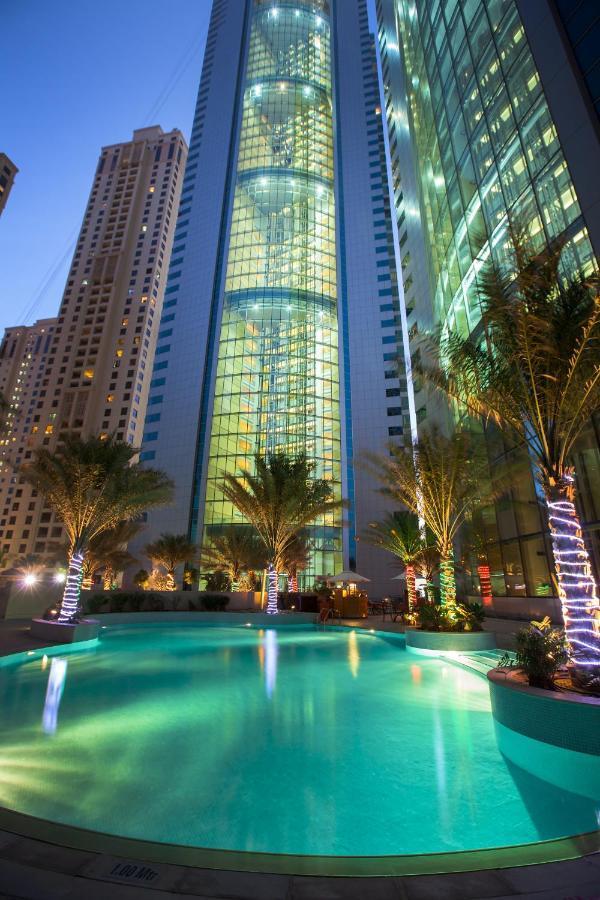 Отель расположился в элитном районе города в небоскребе на 49 этажей