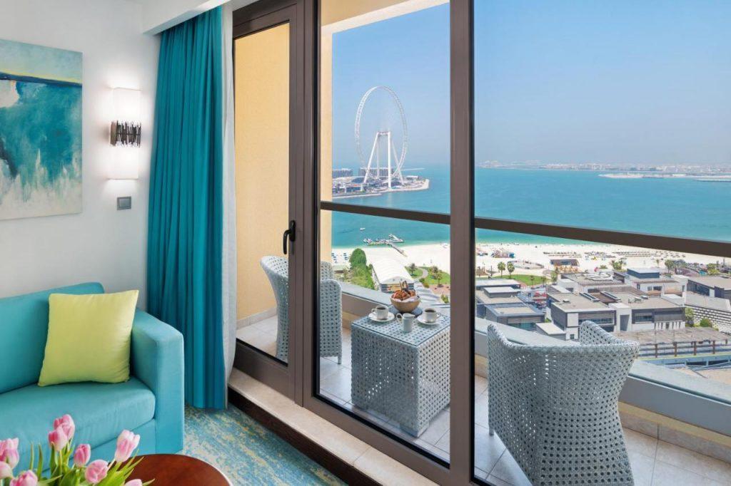 Гостиница располагается в престижной части города под названием Марина. Недалеко от отеля пляж с бесплатными для постояльцев лежаками и шезлонгами