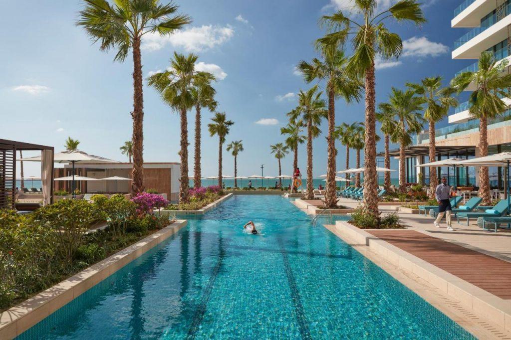 Один из лучших отелей Дубая на первой линии с собственным пляжем Джумейра, недалеко от Punta Airoldi. Сочетает в себе роскошный пляжный отдых и тихую обстановку. Стоимость проживания в гостинице начинается от 400 долларов США за ночь.