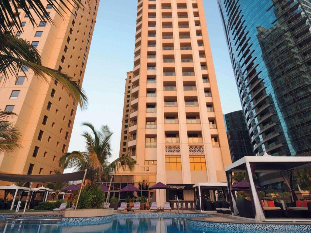 Отель расположился в районе Джумейра. Для гостей доступно много близлежащих развлечений, магазинов и торговых центров