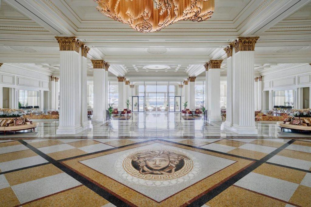 Один из шикарных отелей расположен на набережной исторического района Дубай-Крик. Гостиница снаружи напоминает роскошный итальянский дворец, а внутри дорогие интерьеры с элегантными номерами, обставленными изысканной итальянской мебелью