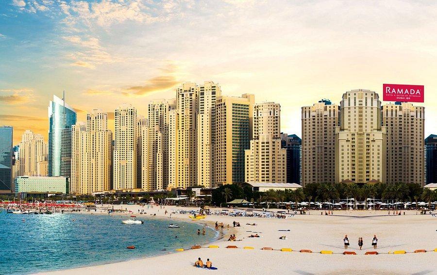 Располагается в элитном районе Джумейра Бич Резиденс. Главным преимуществом отеля является близость пляжа, до него буквально 5 минут ходьбы.