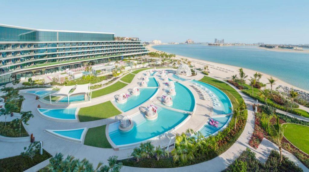 Современный спа-резорт расположился в западной части Пальма Джумейра. Современный концептуальный пятизвездочный отель со своим песчаным пляжем и бассейнами